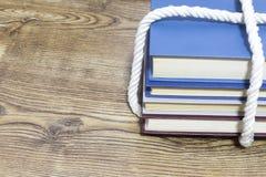 Bunt av bundna böcker på träbakgrund royaltyfri bild