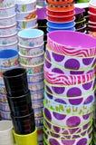 Bunt av bunkar och koppar i olik färg Arkivbild
