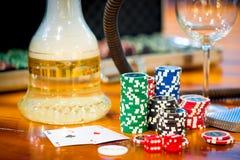 Bunt av chiper som spelar poker och två överdängare Royaltyfri Foto