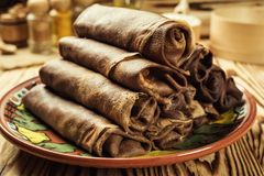 Bunt av chokladpannkakor, frukost, mellanmål Pannkakadag Bunt av kefirbuttermilkchocolatepannkakor, pannkakor med ostmassa och ra Royaltyfri Fotografi