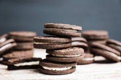 Bunt av chokladsm?rg?skakor p? den lantliga tr?bakgrunden arkivfoto