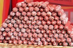 Bunt av chorizokorvar på matstall på matfestivalen Arkivbilder