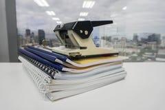 Bunt av den affärsmappen och mappen med stor kontorsstansmaskin Arkivbild