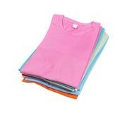 Bunt av den färgrika t-skjortan arkivbild