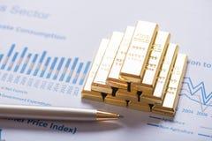 Bunt av den guld- stången på bakgrund för graf för affärsanalys royaltyfri fotografi