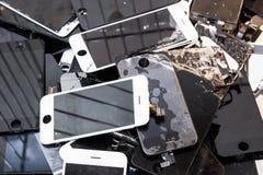 Bunt av den skadade smarta telefonkroppen och den spruckna LCD-skärmen arkivbilder
