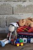 Bunt av den varma woolen filtar och dockan p? tr?bakgrund Barns textilleksaker Hem- cosiness handgjord toy F?rgrika pl?d fotografering för bildbyråer