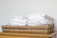 Bunt av den vita handduken royaltyfri fotografi