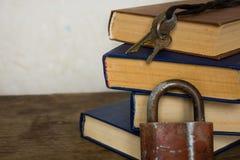 Bunt av det gamla stora böcker och låset royaltyfria bilder
