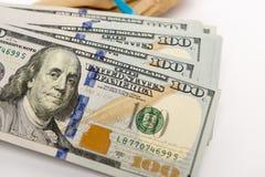 Bunt av dollarsedlar och det bruna kuvertet Royaltyfri Foto