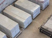 Bunt av färdiggjutna förstärkta konkreta tjock skiva i ettbyggnad fabriksseminarium Arkivfoto