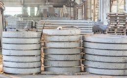 Bunt av färdiggjutna förstärkta konkreta tjock skiva i ettbyggnad fabriksseminarium Royaltyfria Foton