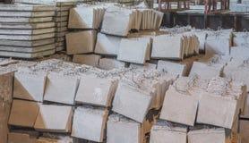 Bunt av färdiggjutna förstärkta konkreta tjock skiva i ettbyggnad fabriksseminarium Arkivbilder