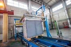 Bunt av färdiggjutna konkreta tjock skiva i enbyggnad fabrik Arkivbild