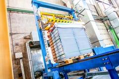 Bunt av färdiggjutna konkreta tjock skiva i enbyggnad fabrik Arkivfoton