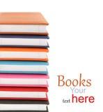 Bunt av färgrika böcker fotografering för bildbyråer