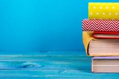 Bunt av färgrika böcker, grungy blå bakgrund, utrymme för fri kopia Royaltyfri Bild