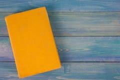 Bunt av färgrika böcker, grungy blå bakgrund, utrymme för fri kopia Arkivfoto