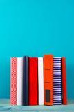 Bunt av färgrika böcker, grungy blå bakgrund, utrymme för fri kopia Royaltyfria Bilder