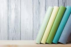 Bunt av färgrika böcker på trätabellen tillbaka skola till kopiera avstånd Royaltyfria Foton