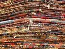 Bunt av färgrika handgjorda antika orientaliska stilfiltar och carpe Royaltyfria Foton