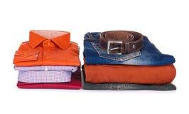 Bunt av färgrika skjortor, tröjor och jeans Arkivfoto