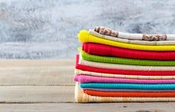 Bunt av färgrika textiler Arkivfoto
