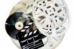 Bunt av filmfilmrullar med clapperen Royaltyfria Foton
