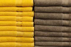 Bunt av färgrika vikta frottéhanddukar Shoppa hem Royaltyfri Fotografi