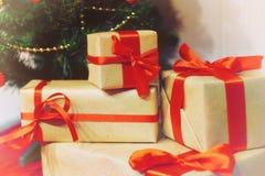 Bunt av gåvor under en julgran Royaltyfri Bild