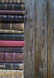 Bunt av gamla böcker arkivbilder