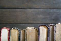 Bunt av gamla böcker arkivfoton