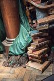 Bunt av gamla böcker med den gröna gardinen royaltyfria bilder