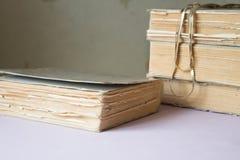 Bunt av gamla böcker med en halsband Royaltyfria Foton