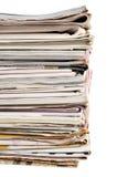 Bunt av gamla tidningar och tidskrifter Arkivfoto
