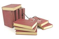Bunt av gammala böcker med avläsningsexponeringsglas Royaltyfri Bild