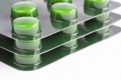 Bunt av gröna preventivpillerar royaltyfri bild