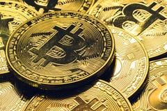 Bunt av guld- bitcoins med guld- bakgrund och affärs- och finansbegrepp Royaltyfri Bild