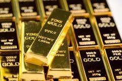 Bunt av guldtackatackan för guld- stång, investeringtillgång för den säkra tillflyktsorten för kris för investering eller reserv  arkivbilder