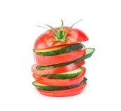 Bunt av gurka- och tomatskivor på Royaltyfria Foton
