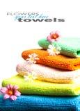 Bunt av handdukar och blommor Royaltyfri Fotografi