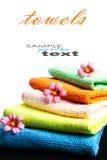 Bunt av handdukar och blommor Arkivbild