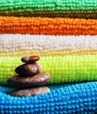 Bunt av handdukar och stenar Arkivbilder
