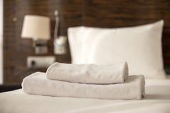 Bunt av handdukar på sängen Arkivbilder