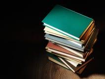 Bunt av hardcoverböcker Royaltyfri Foto