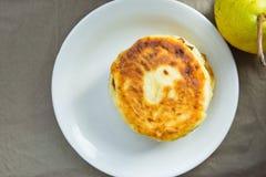 Bunt av hemlagade jättegoda Mascarpone pannkakasmå pastejer på vitt plattamörker Grey Cotton Napkin Pear Lantlig provence stil arkivbild