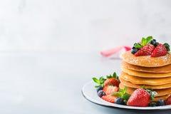 Bunt av hemlagade pannkakor för frukost med bär arkivbilder