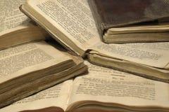Bunt av historiska böcker arkivfoto