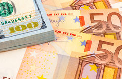 Bunt av hundra amerikanska dollarräkningar och eurosedlar Arkivbilder