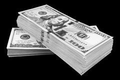 Bunt av hundra dollarräkningar som isoleras på svart bakgrund Bunt av kontanta pengar i hundra dollarsedlar Hög av hundra D arkivbild